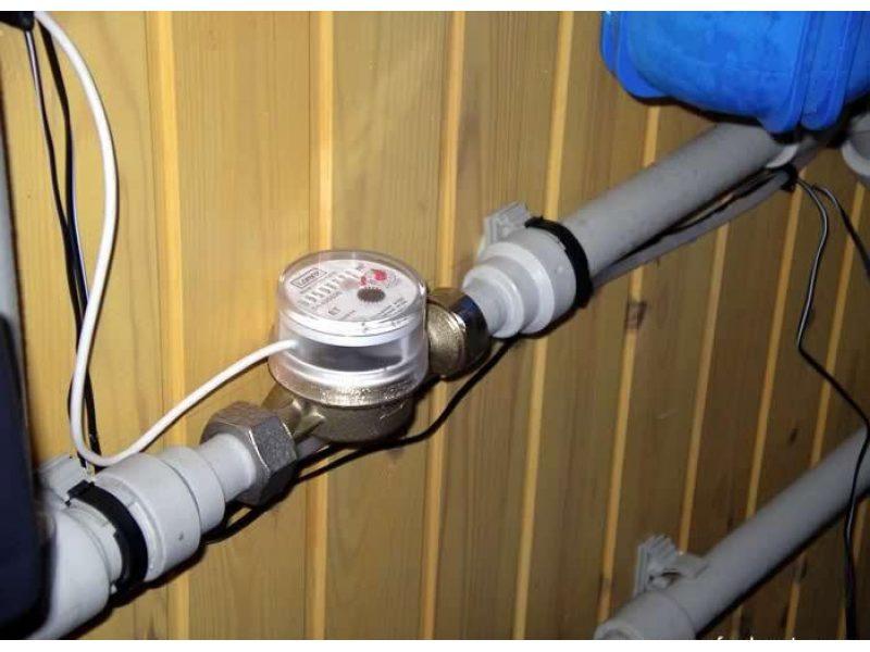 Установленный и подключенный импульсный водосчетчик
